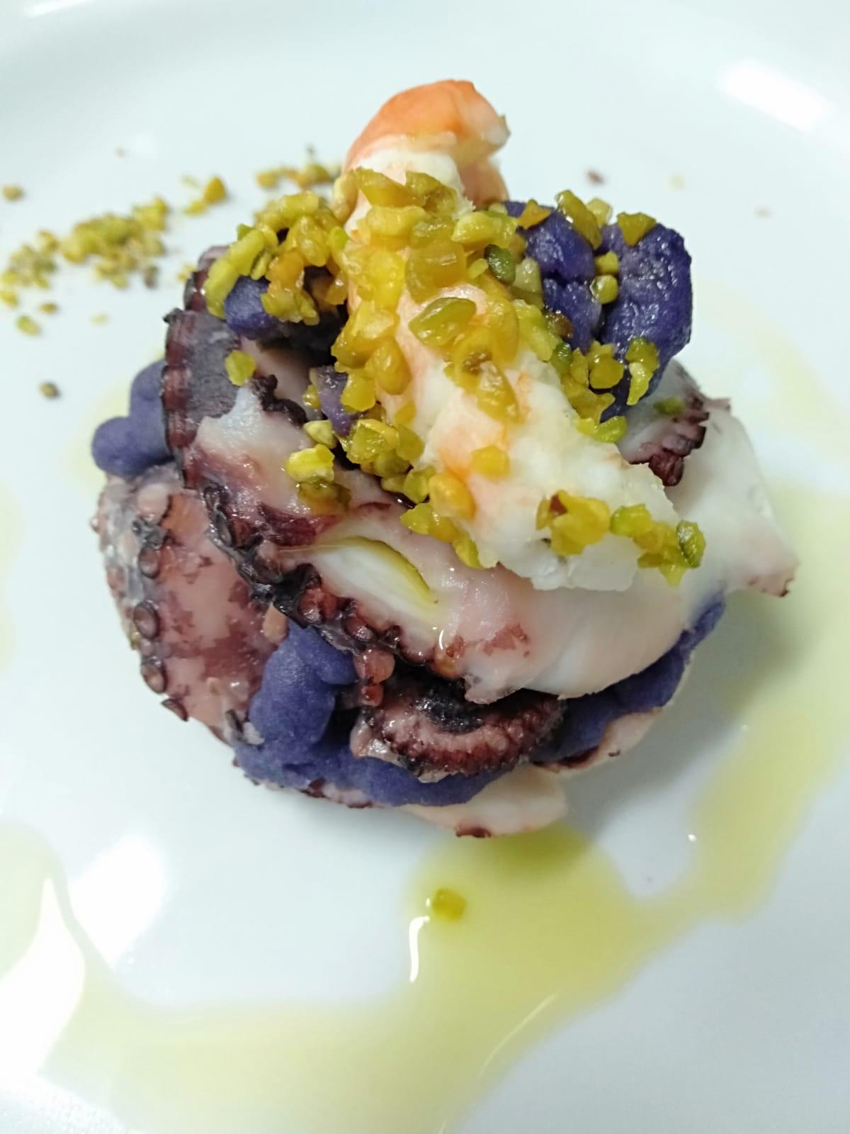 Millefoglie di polpo, patata viola, scampo e pistacchio